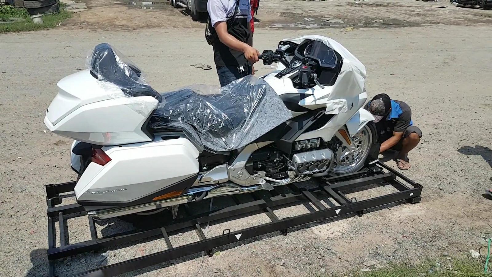 Khui hàng Honda Goldwing 1.833cc đầu tiên về Việt Nam !